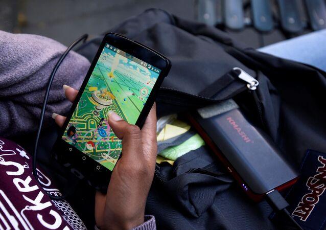Kobieta grająca w Pokemon Go