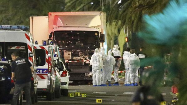 Rozpędzona ciężarówka wjechała w tłum ludzi na Promenadzie Anglików w Nicei. Następnie kierowca wysiadł z pojazdu i otworzył ogień. Zginęły 84 osoby, w tym dzieci, a ponad 100 zostało rannych. Wśród ofiar są obcokrajowcy. - Sputnik Polska