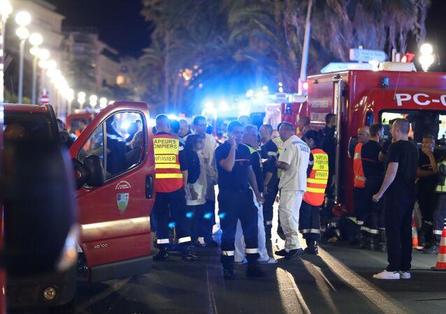 Karetka i policja na miejscu zamachu w Nicei.