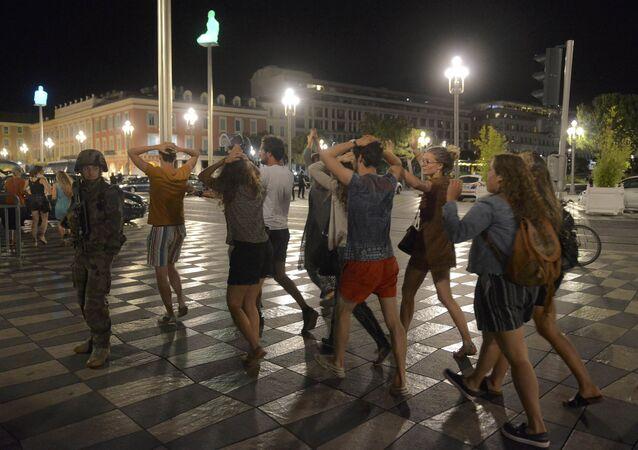 Media podały, że zamachowcem okazał się mieszkaniec Nicei. 31-latek pochodził z Tunezji. Śledczy wyjaśniają, czy zamachowiec działał sam.