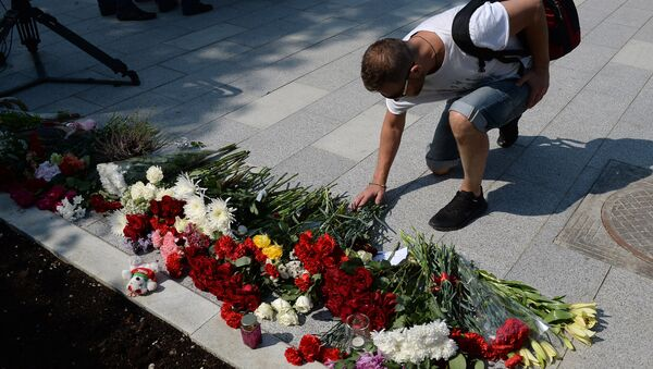 Mieszkańcy Moskwy składają kwiaty pod ambasadą Francji - Sputnik Polska