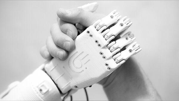 Bioniczna proteza ręki stworzona przez rosyjskiego inżyniera Maksima Liaszko - Sputnik Polska