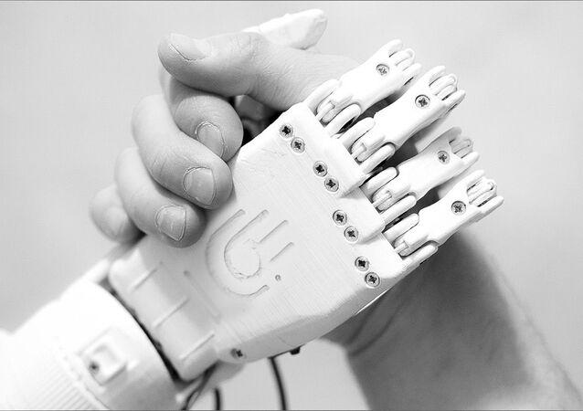 Bioniczna proteza ręki stworzona przez rosyjskiego inżyniera Maksima Liaszko