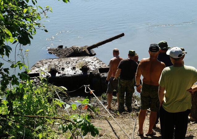 Operacja wydobycia czołgu T-34 z czasów Wielkiej Wojny Ojczyźnianej z dna Donu w obwodzie woroneskim