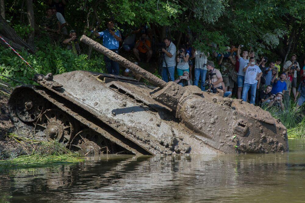 """Czołg wyciągnęli specjaliści parku """"Patriot"""", żołnierze Zachodniego Okręgu Wojskowego i nurkowie."""
