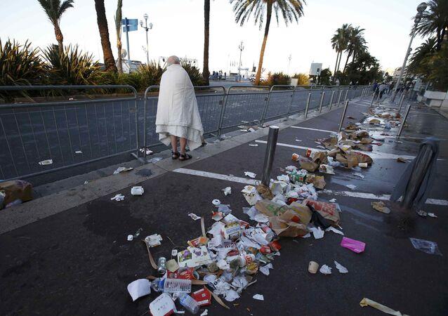 Promenada Anglików po zamachu terrorystycznym w Nicei