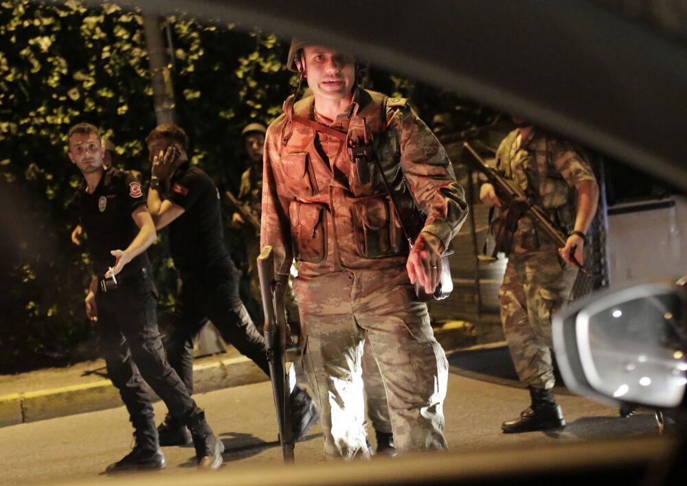 Tureccy żołnierze prowadzą tureckich policjantów pod konwojem w Stambule