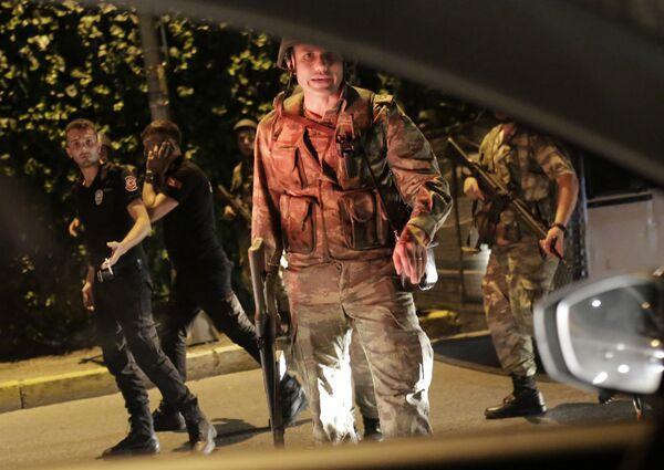 Tureccy żołnierze prowadzą tureckich policjantów pod konwojem w Stambule - Sputnik Polska
