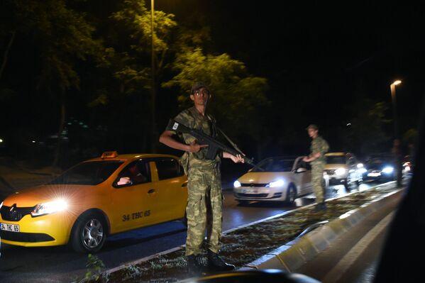 Funkcjonariusze służby bezpieczeństwa Turcji zamykają drogę do Mostu Bosforskiego w Stambule - Sputnik Polska