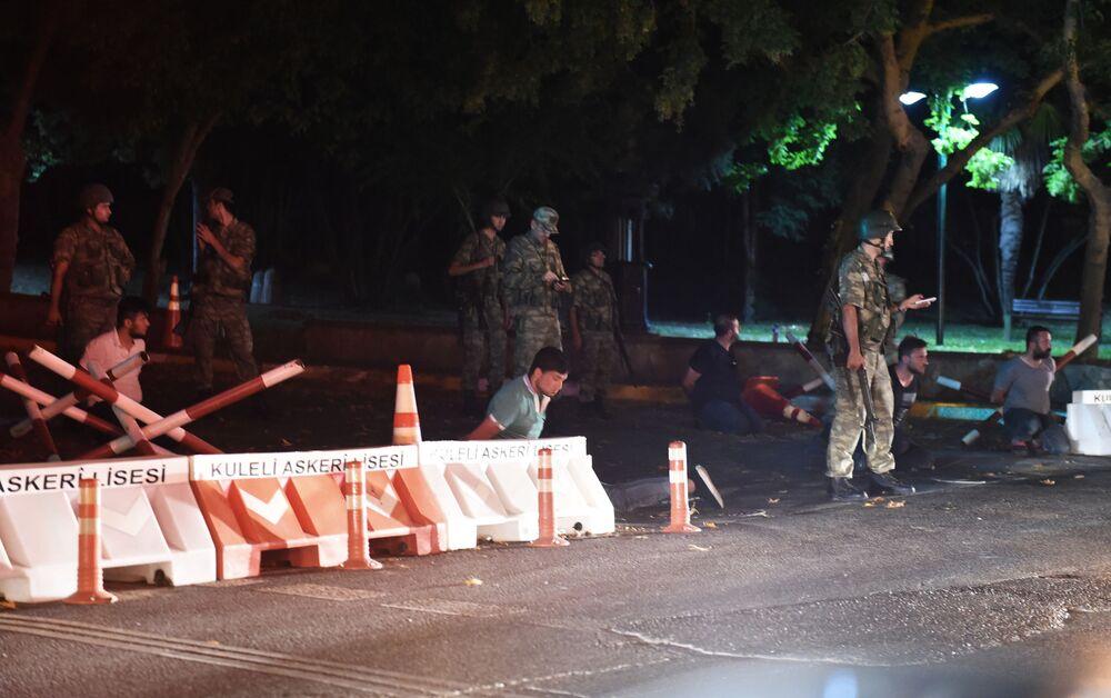 Tureccy żołnierze zatrzymują ludzi w Stambule