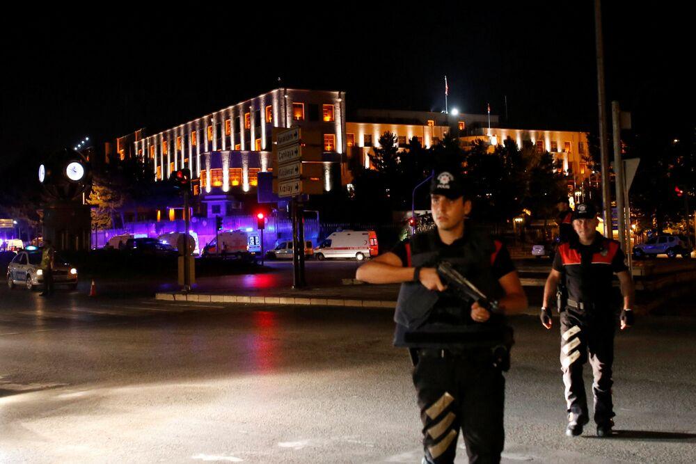 Policjanci na straży Sztabu Generalnego Turcji