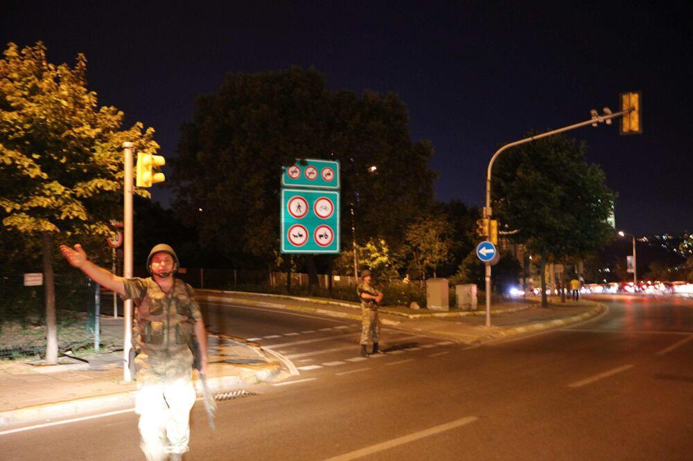 Tureccy żołnierze zamykają Most Bosforski w Stambule