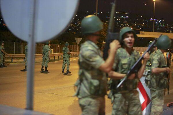 Tureccy żołnierze zamykają Most Bosforski w Stambule - Sputnik Polska