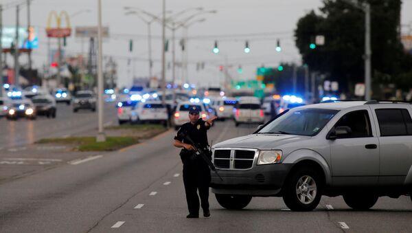 Policja blokuje drogę w mieście Baton Rouge, Luizjana - Sputnik Polska