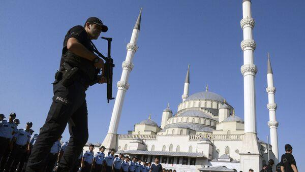 Turecki policjant niedaleko meczetu Kocatepe w Ankarze po próbie puczu - Sputnik Polska