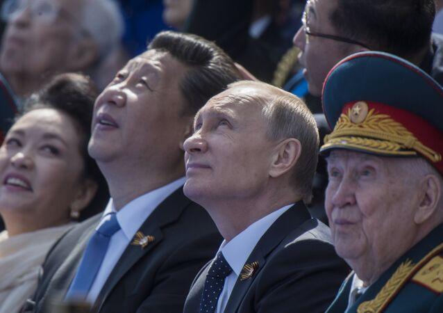 Prezydent Rosji Władimir Putin i  Przewodniczący Chińskiej Republiki Ludowej  Xi Jinping na Placu Czerwonym 9 maja 2015