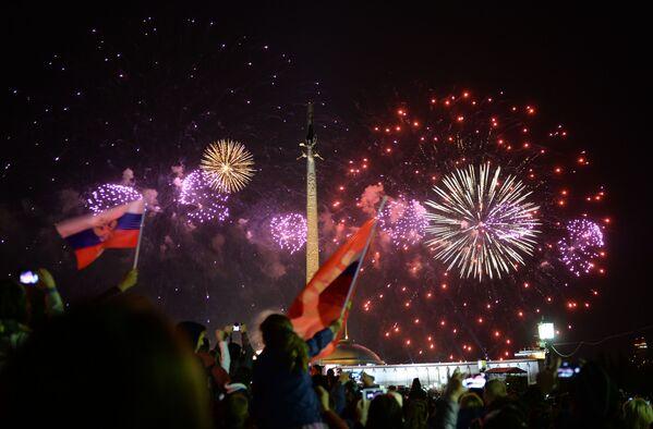 Sztuczne ognie na finał Dnia Zwycięstwa. Widok z Pokłonnej Góry, Moskwa. - Sputnik Polska