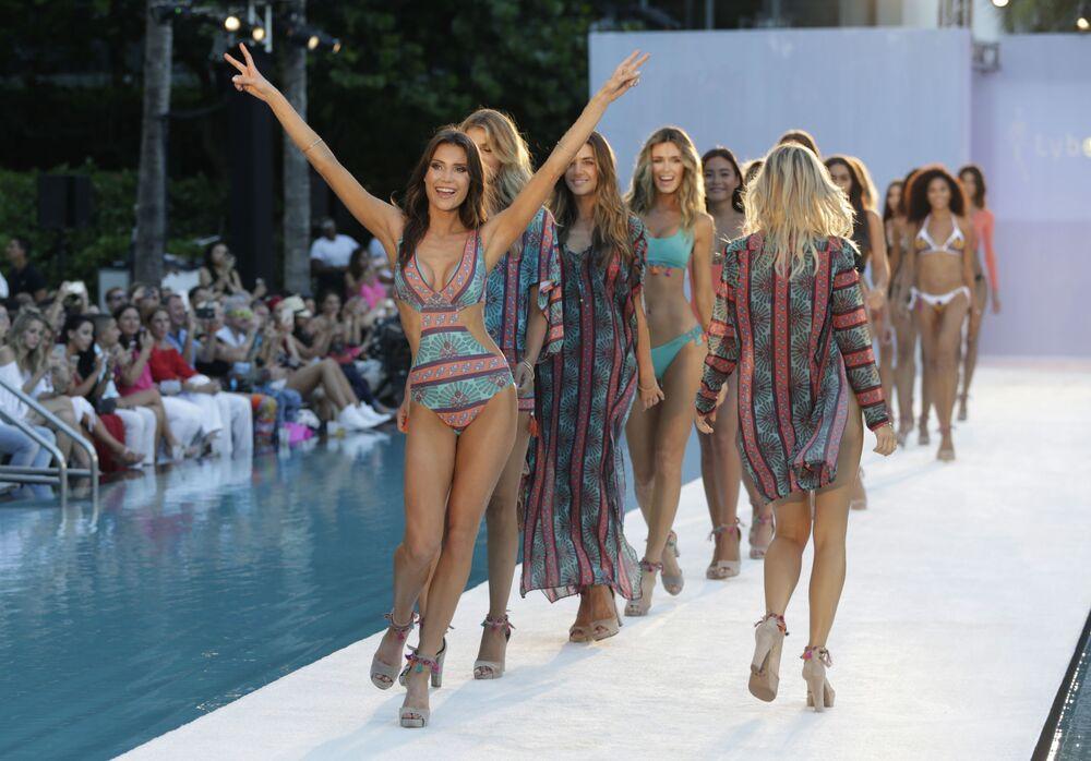 Pokaz kolekcji Lyberthas podczas Tygodnia Mody Miami Swim Week w Miami Beach, stan Floryda.