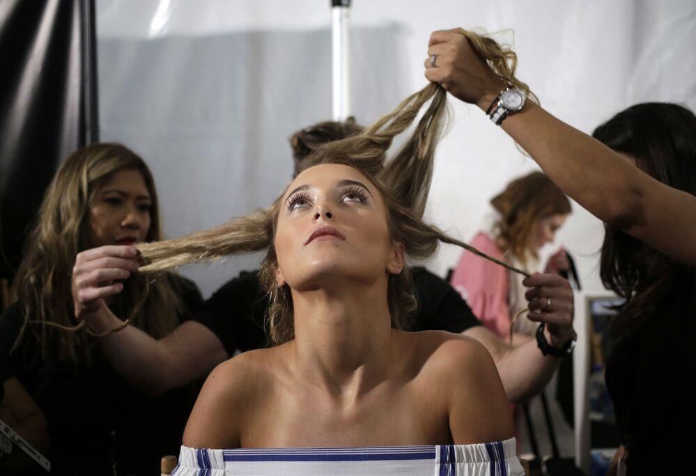 Modelka przed pokazem Luli Fama.