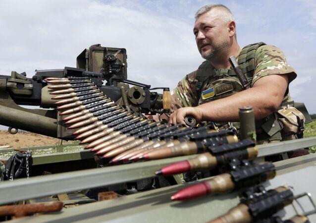 Ukraiński żołnierz sprawdza stan karabinu