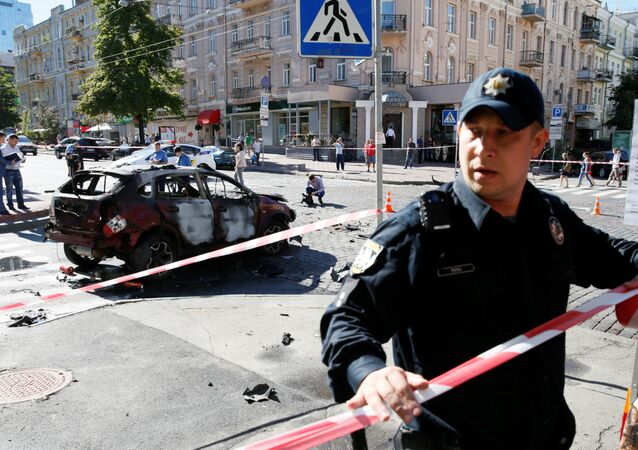 Policja zabezpiecza miejsce, w którym doszło do wybuchu samochodu.