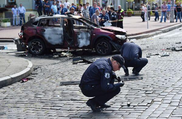 """Świadek opowiedział, że drzwi kierowcy w samochodzie Szeremeta otworzyły się """"z dołu do góry"""", a zderzak odleciał na kilka metrów. Przy czym samochód nie od razu stanął w płomieniach, a świadkowie zdołali wyciągnąć dziennikarza z wnętrza. - Sputnik Polska"""