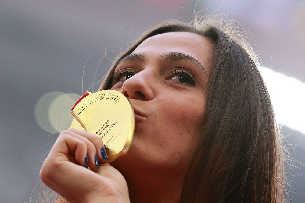 Maria Kuczina, zdobywczyni złotego medalu w skokach wzwyż na Mistrzostwach Świata w Lekkoatletyce Pekin 2015, podczas ceremonii rozdania nagród.