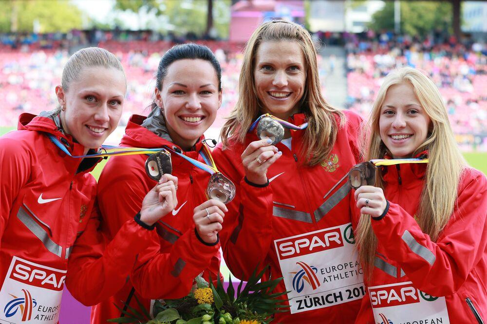 Rosyjska reprezentacja (w składzie: Marina Pantieliejeva, Natalia Rusakova, Kristina Sivkova, Jelizavieta Savlinis), która zdobyła brązowy medal w sztafecie 4x100 m podczas zawodów w lekkoatletyce na Mistrzostwach Europy w Zurychu. Ceremonia rozdania nagród.