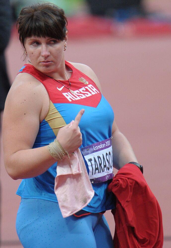 Pchnięcie kulą - Irina Tarasova podczas finałowych zawodów w tej dziedzinie. 30. Letnie Igrzyska Olimpijskie w Londynie.