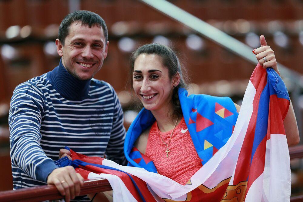 Trener reprezentacji Rosji w lekkoatletyce Jurij Borzakovskij z lekkoatletką Jekateriną Konievą.