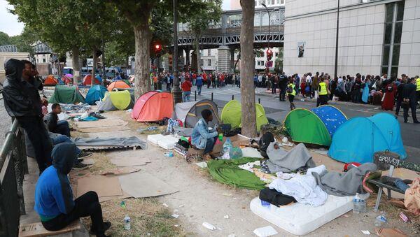 Likwidacja obozu nielegalnych imigrantów na północy Paryża - Sputnik Polska