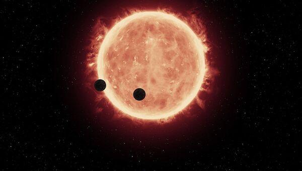Artystyczne przedstawienie dwóch planet TRAPPIST-1b i TRAPPIST-1c na tle czerwonego karła - Sputnik Polska