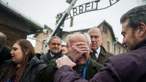 Auschwitz. Mordechai Ronen, ocalały z Holokaustu (w centrum) z prezesem Światowego Kongresu Żydów Ronaldem Lauderem (drugi z prawej), Oświęcim, 26 stycznia 2015 - Sputnik Polska