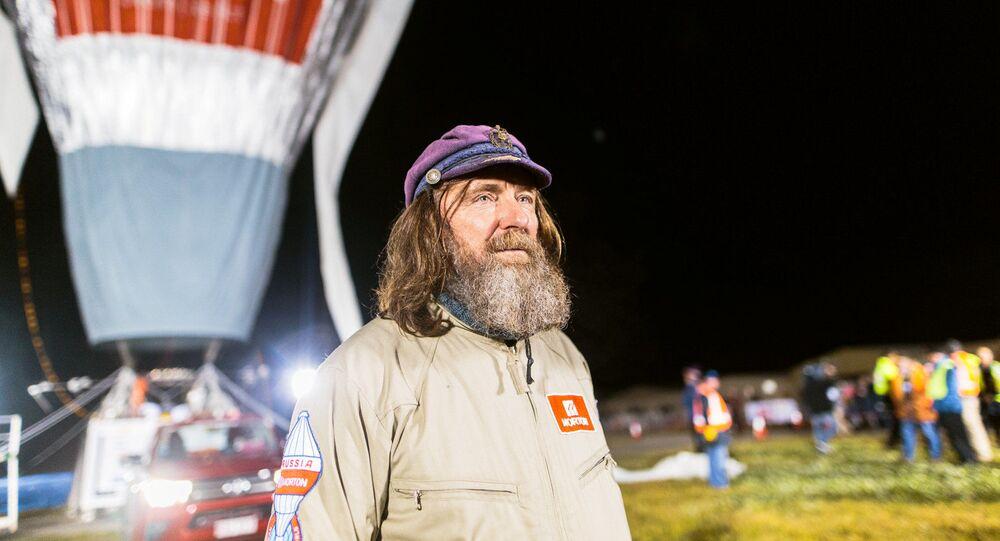 Fiodor Koniuchow przed wyruszeniem w podróż dookoła świata balonem