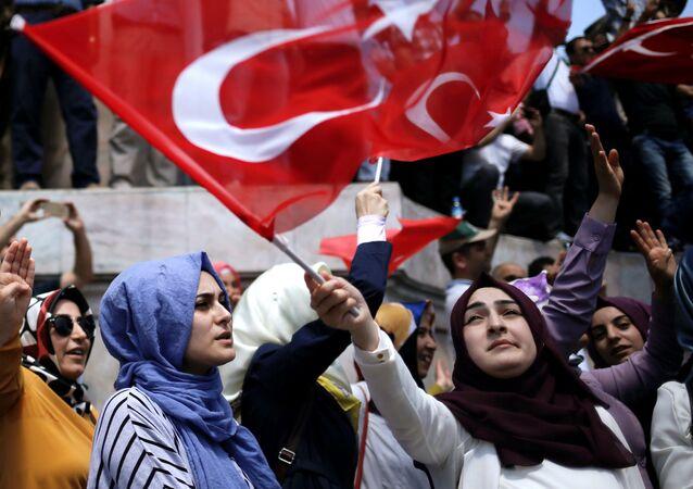 Zwolennicy prezydenta Turcji Erdogana. Plac Taksim. Stambuł.