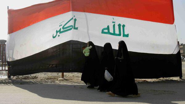 Szyickie kobiety na tle flagi Iraku, Bagdad - Sputnik Polska