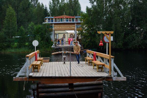 Prom do zoo Lukomorie w skansenie Mandrogi w obwodzie leningradzkim. - Sputnik Polska