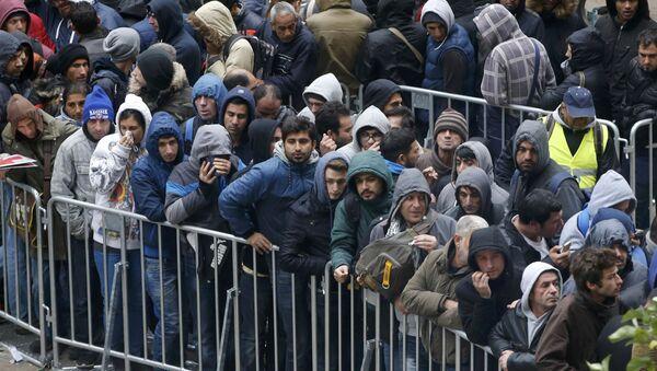 Uchodżcy stoją w kolejce do rejestracji w Berlinie - Sputnik Polska
