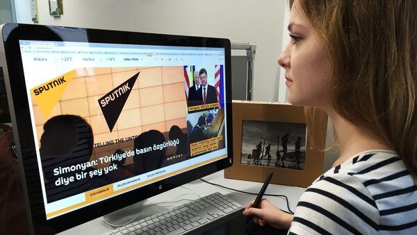 Pracowniczka agencji Rossiya Segodnya podczas pracy nad turecką stroną Sputnika - Sputnik Polska