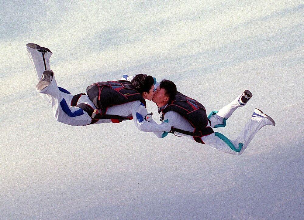 Nowożeńcy z Korei Południowej skaczą ze spadochronem po ceremonii ślubnej w powietrzu.