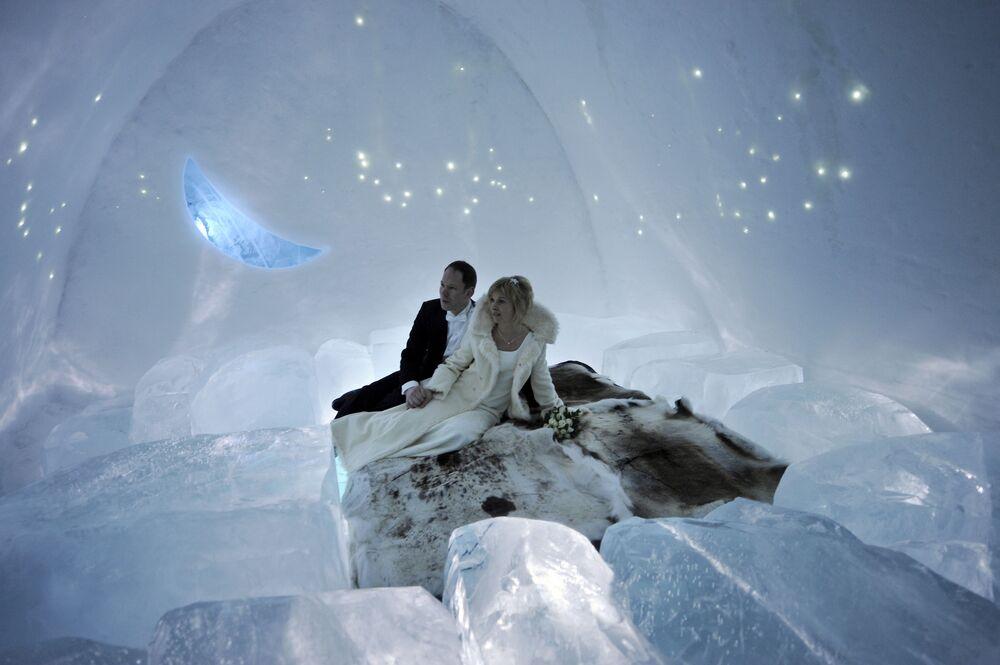 Młoda para w hotelu lodowym w Szwecji.