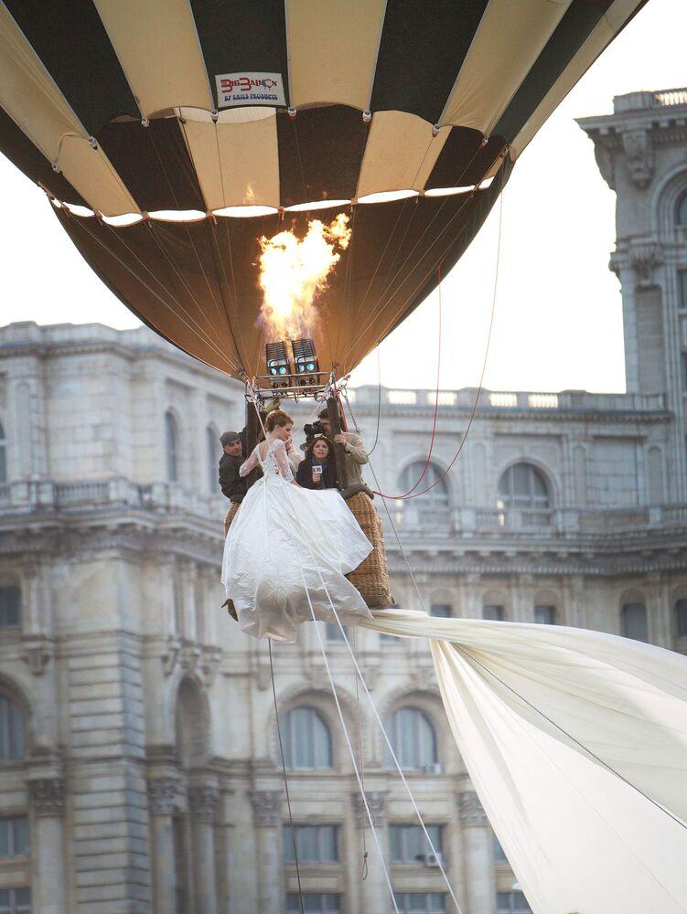 Ceremonia ślubna w balonie przy budynku parlamentu w Bukareszcie w Rumunii.