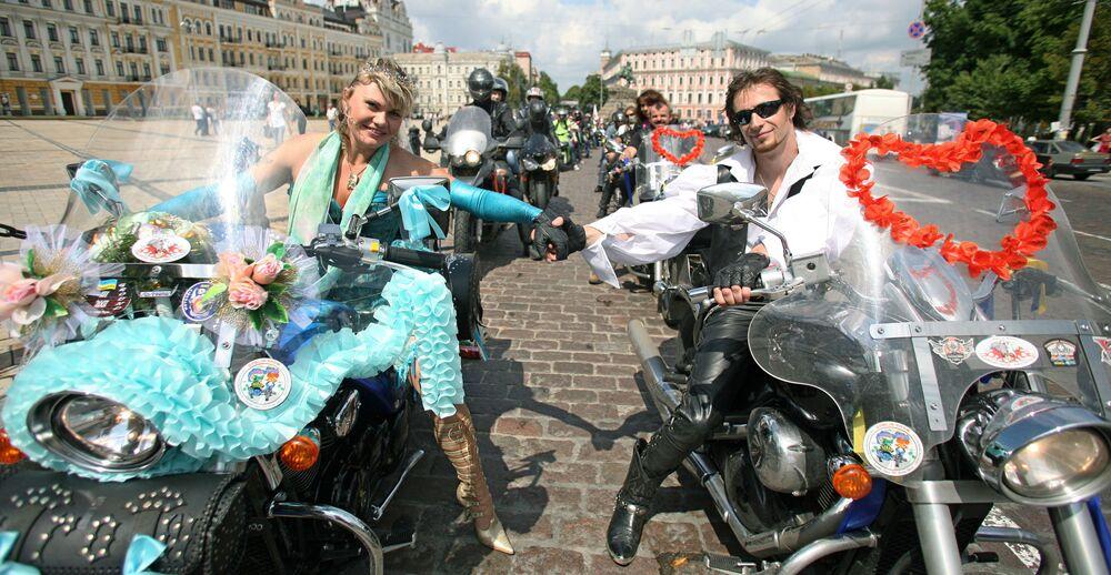 Nowożeńcy na motocyklach w Kijowie.