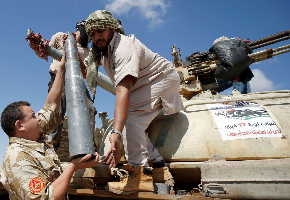 Siły wojskowe złożone są głównie z grup z Misraty, miasta portowego oddalonego o 250 km na północny wschód od Syrty. Formacje z Misraty odegrały wiodącą rolę w powstaniu przeciwko Muammarowi Kaddafiemu w 2011 roku, wtedy to zdobyły doświadczenie i stały się silne.