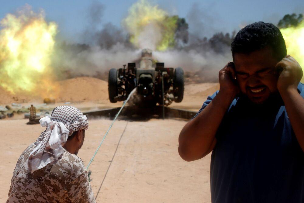 """""""Jest mi bardzo ciężko porozumiewać się z walczącymi, bo nie znam arabskiego, a większość z nich nie mówi po angielsku. Nasza komunikacja odbywa się głównie na migi, ewentualnie krzykiem, kiedy bojownicy PI zaczynają strzelać""""."""