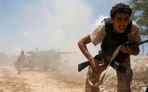 Libijscy przedstawiciele rządu mówią, że w mieście obecnie znajduje się kilkuset bojowników, łącznie z wyspecjalizowanymi snajperami, z których niektórzy stają do walki w jeansach i klapkach. - Sputnik Polska