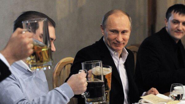 Putin z piwem. - Sputnik Polska