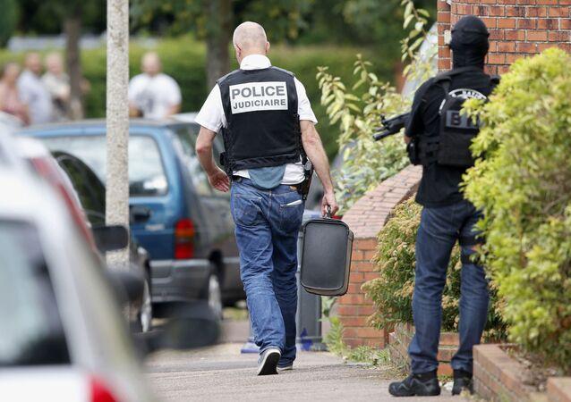 Francuscy śledczy i policja w pobliżu kościoła w mieście Saint-Étienne-du-Rouvray, który został zaatakowany