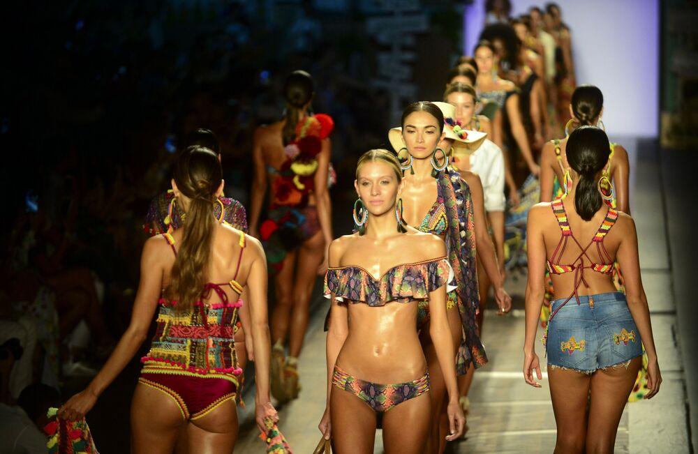 Modelka podczas pokazu kolekcji kolumbijskiego projektanta Agua Bendita.