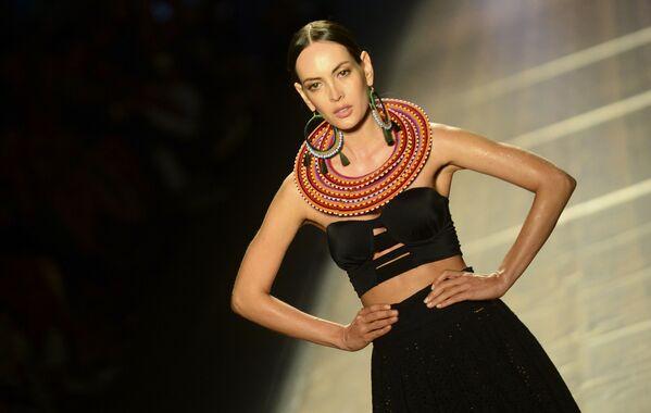 Modelka podczas pokazu kolekcji kolumbijskiego projektanta Agua Bendita. - Sputnik Polska